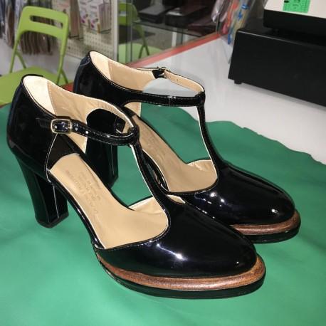 Scarpe in pelle lucida colore nera