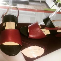Sandali a due fasce, nero e rosso